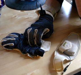 کاربر در حال پوشیدن دستکش