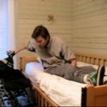 روش جابجایی از روی تخت به روی ویلچر توسط افراد تترا پلژی ( بدون کمک دیگران )
