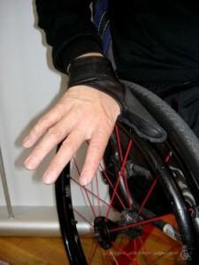 کاربر در حال راندن ویلچر با دستکش